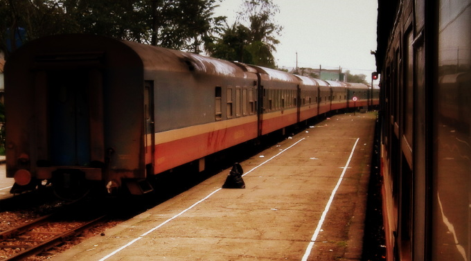 VIETNAM_RAILWAYS_SE8_DANANG_TO_HA_NOI_NIGHT_SLEEPER_TRAIN_VIETNAM_JAN_2012_(7048874399)