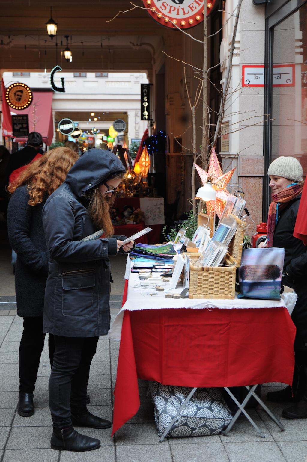 Happy Weihnachtseinkäufe: Auf dem Markt in den Gozsdu-Höfen spart man Geld und Nerven.