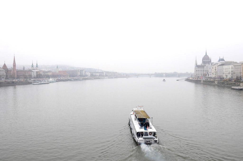 Ganz vorne rechts (mit der Kuppel): Das ungarische Parlament. Blick von der Kettenbrücke.