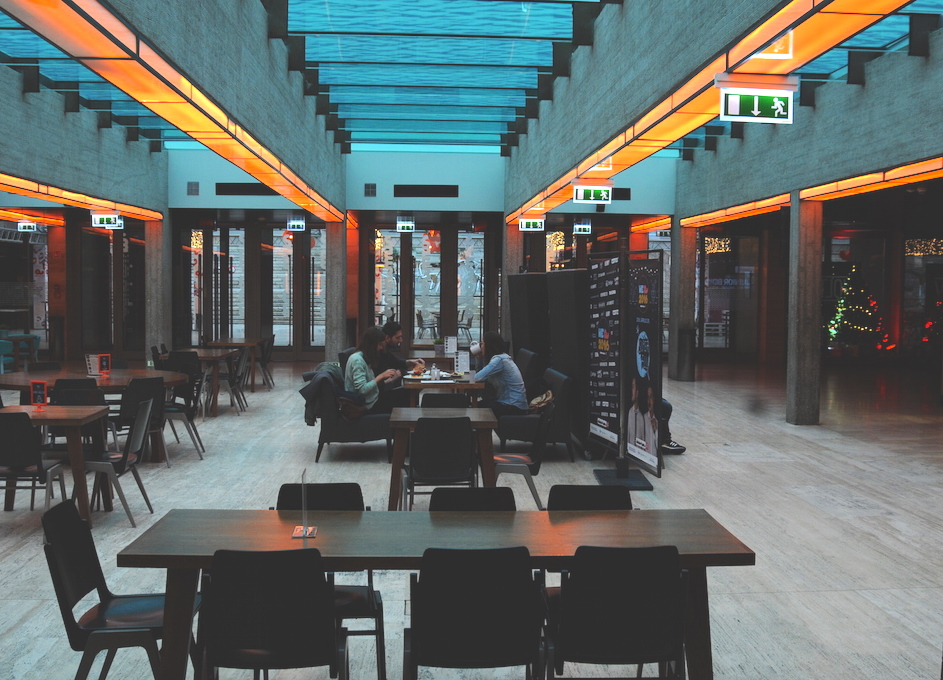 Abends ist hier mehr los: Der Akvárium Klub serviert Burger und elektronische Musik.