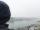 Hartnäckiger Nebel hängt über der Stadt. Das hält einen älteren Herren neben mir aber nicht davon ab, fröhlich
