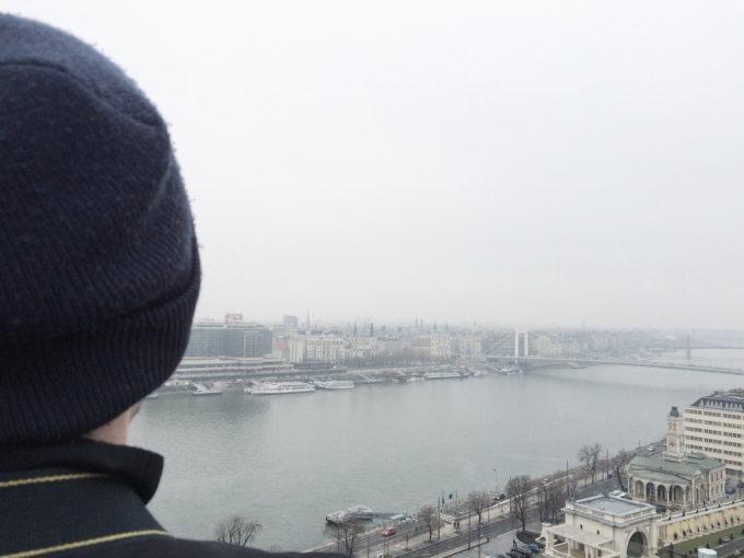 """Hartnäckiger Nebel hängt über der Stadt. Das hält einen älteren Herren neben mir aber nicht davon ab, fröhlich """"An der schönen blauen Donau"""" vor sich hin zu pfeifen."""