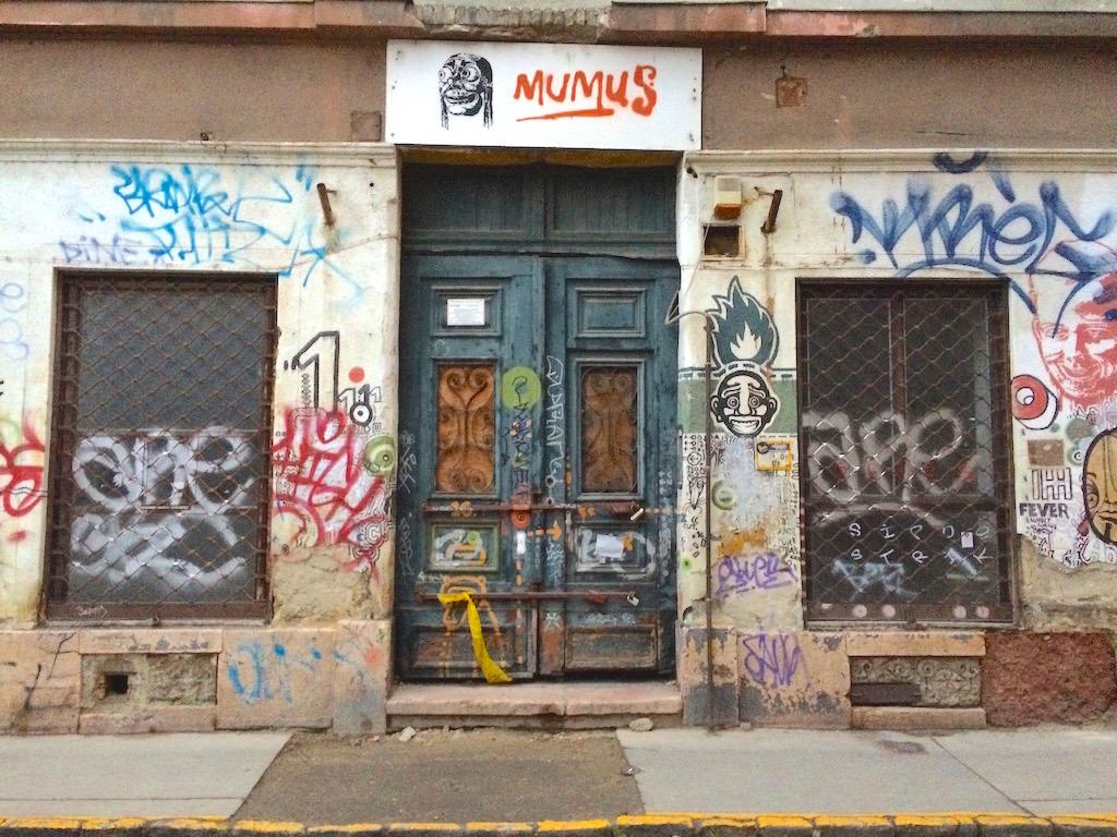 Jetzt noch geschlossen, später eine lohnende Adresse: Eingang zur Bar